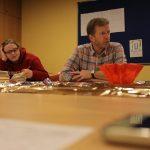Klaus konzentriert am erzählen und Mandy auch sehr konzentriert