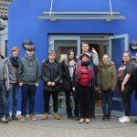 Unsere teilnehmenden Teamer vorm Jugendgästehaus Lütjensee